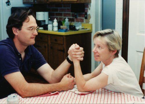 腕相撲をする夫婦