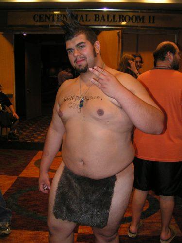 裸でピースをしている太った男性