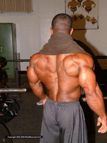 背中の筋肉がムキムキの男性