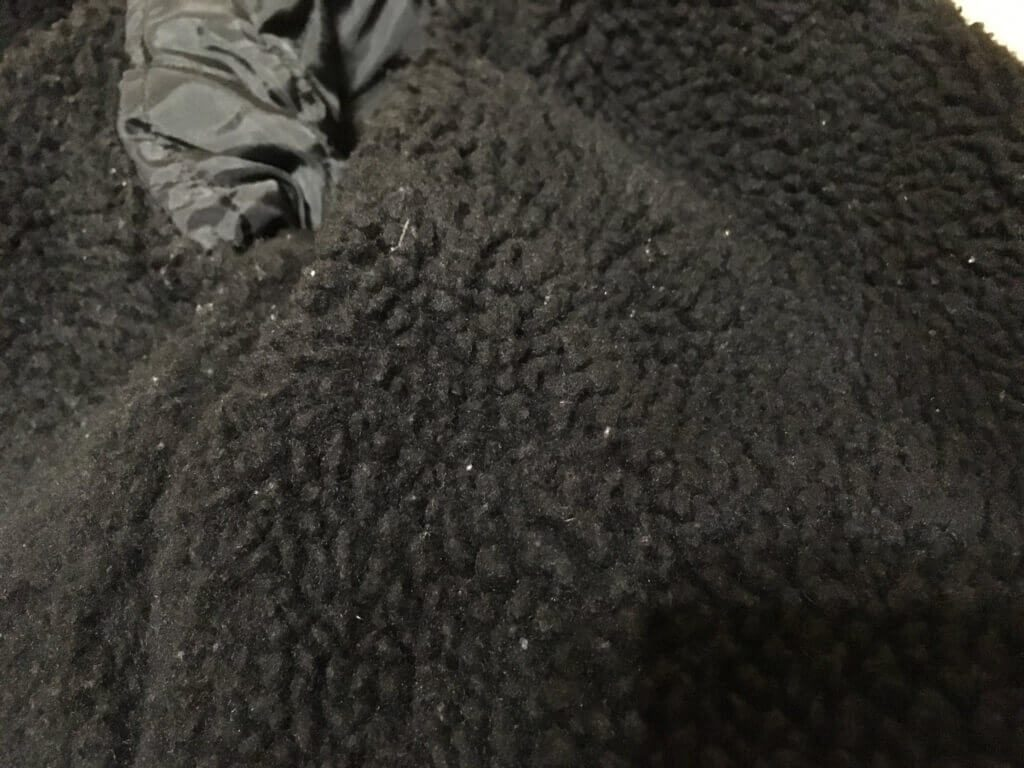 毛が絡まったジャケットの内側