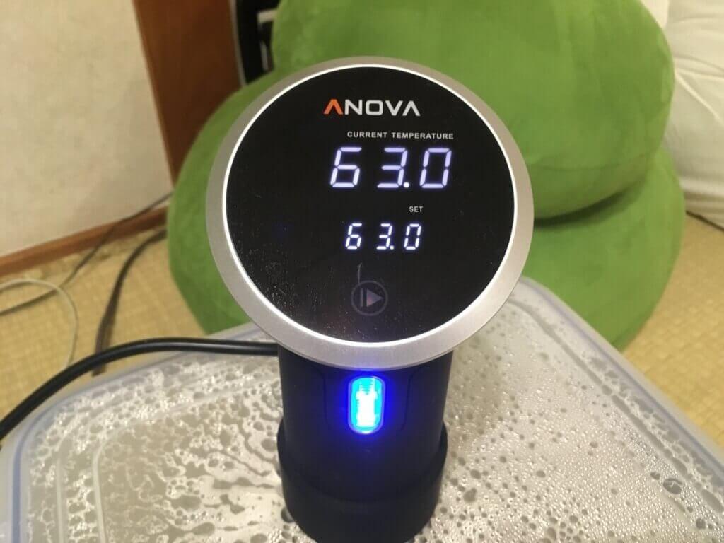 63℃に表示された低温調理器anova
