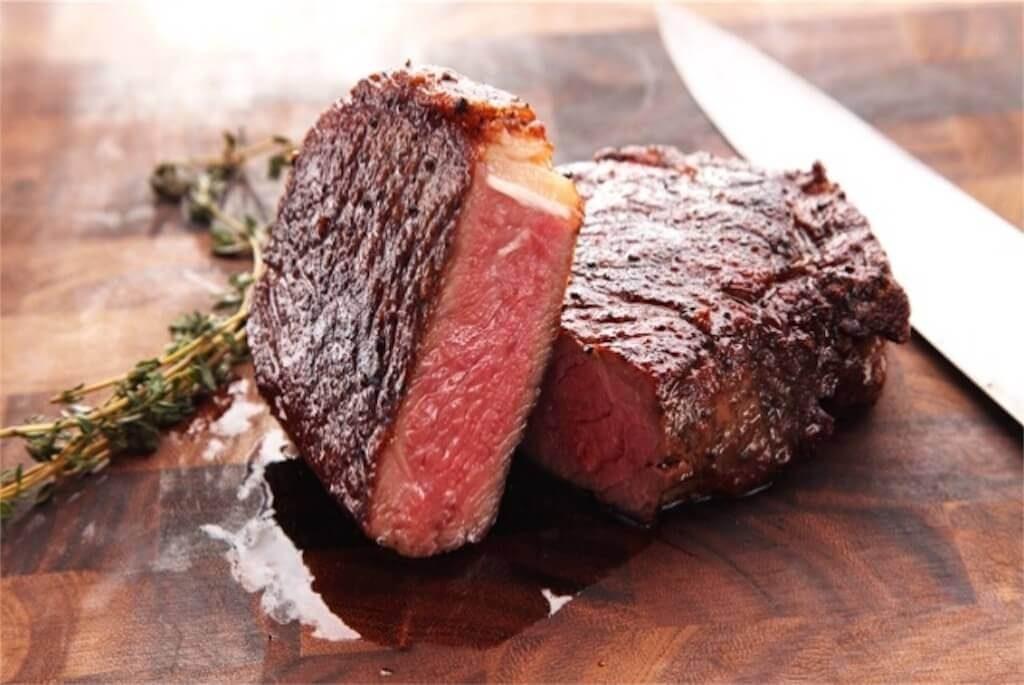 綺麗なレアに焼けた牛肉