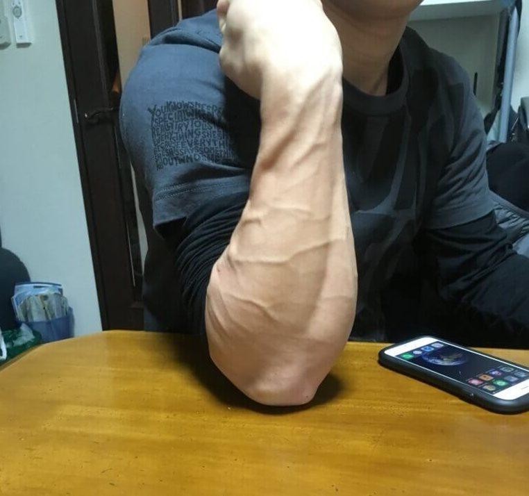 ばきばきに血管が浮き出た逞しい前腕