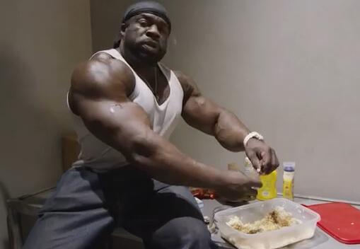 刑務所で食事をつくるカリマッスル